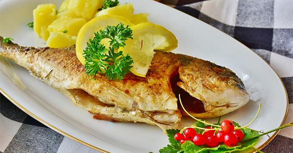 Gebratener Fisch auf einem Teller