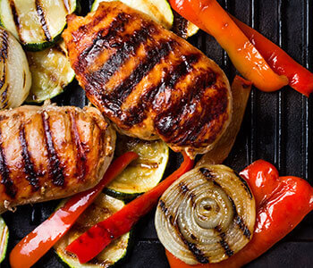 Hähnchenbrust mit Gemüse auf dem Grill