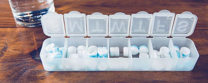 Tablettendose mit Medikamenten gegen Gicht